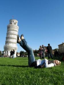 piedi torre pisa
