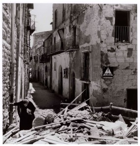 Anziana donna tra le rovine di Agrigento, 17-18 luglio 1943 Fotografato da Robert Capa © International Center of Photography/Magnum  – Collezione del Museo Nazionale Ungherese Elderly woman amidst the ruins of Agrigento, 17-18 July 1943 Photograph by Robert Capa © International Center of Photography/Magnum – Collection of the Hungarian National Museum