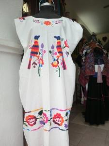 Gli abiti ricamati a mano tipici del Messico - Valladolid ph Viaggioscrivoamo.com